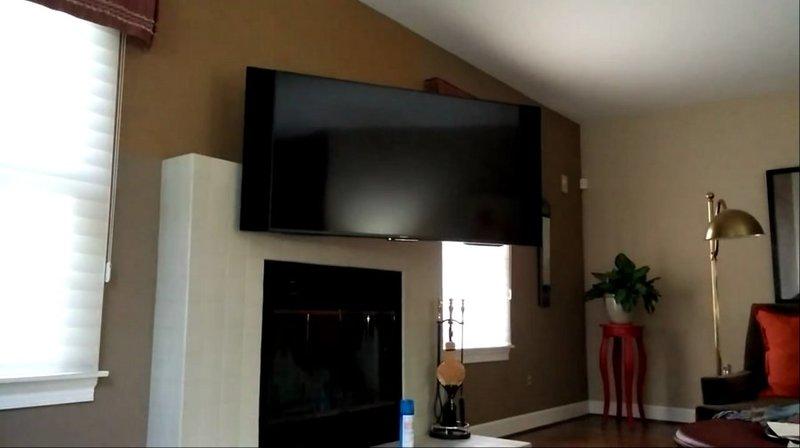 Tv moving ead supporto tv motorizzato da parete per tv a for Tv sopra camino
